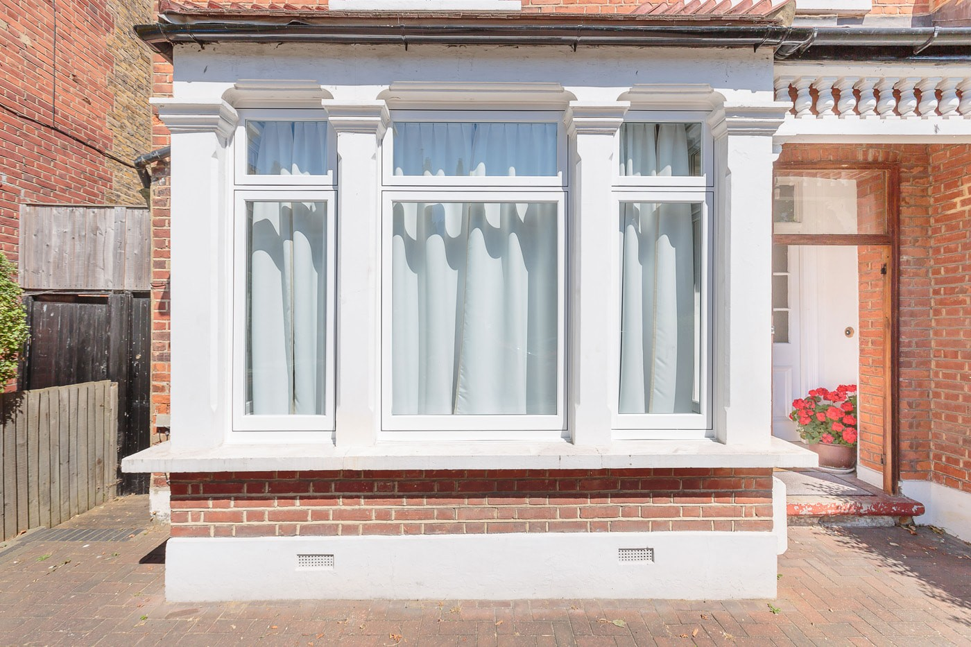 Find out more about benefits of uPVC vs aluminium windows. Aluminium is slimline, modern & offers vast colour options. Choose uPVC windows for their clean lines & traditional look. Get a free consultation for more advice.
